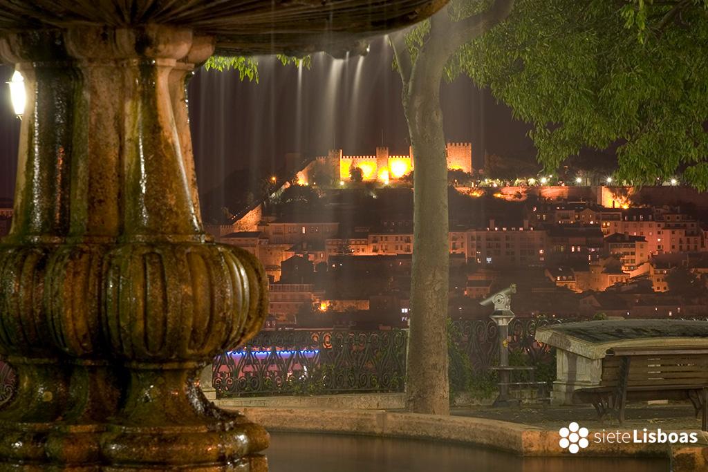 """Imagen del castillo de São Jorge, desde el mirador de São Pedro de Alcântara del fotógrafo Nuno Cardal, publicada en su libro """"Lisboa Iluminada"""", cedida a sieteLisboas."""