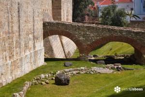 El <em>Castelo de São Jorge</em>, sus muros y murallas