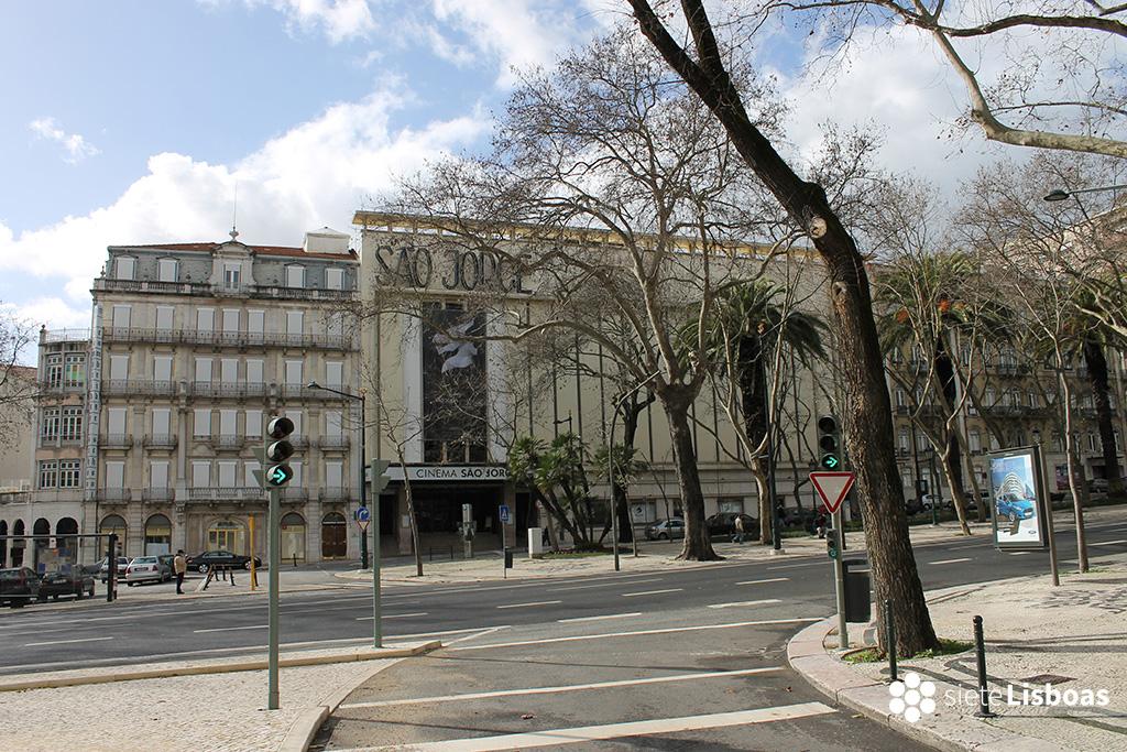 Fotografía del Cinema São Jorge, desde el otro lado de la Avenidade Liberdade, realizada por sieteLisboas.