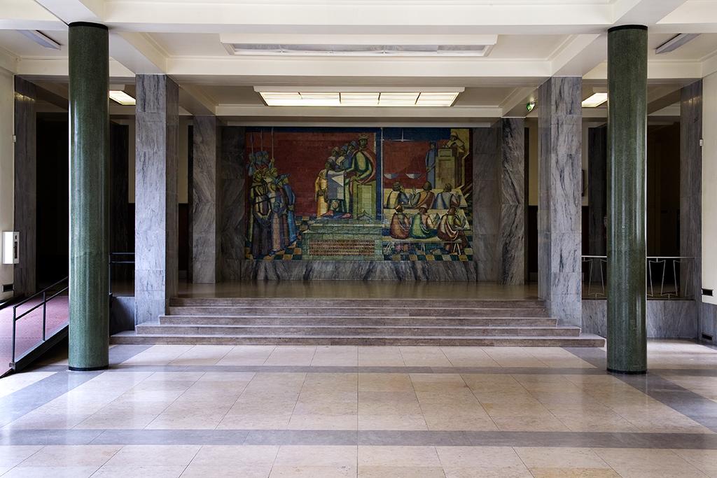 Imagen del panel de cerámica 'A fundação do Estudo Geral por D. Dinis' (1957), de Lino António. Facultad de Derecho de la Universidad de Lisboa. Fotografía de J. N. Lamas cedida a sieteLisboas.