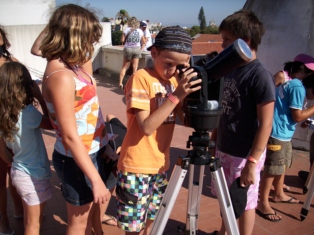Imagen de visitantes del museo observan el cielo desde el terrado. Fotografía de Vasco Teixeira, cedida por el MUHNAC a sieteLisboas.