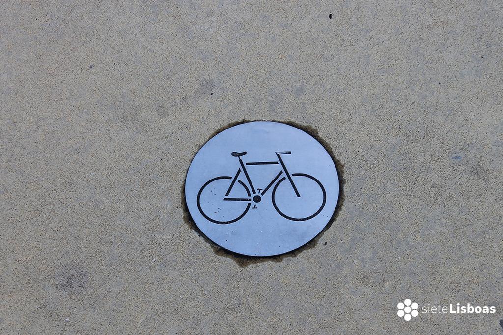 Fotografía de una señal de carril bici del Parque de las Naciones de Lisboa.