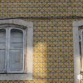 Reflejo de la luz del atardecer en una fachada revestida de azulejos de Lisboa.