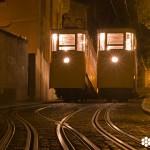 Imagen del Ascensor da Glória, tomada por el fotógrafo Nuno Cardal, publicada en su libro 'Lisboa Iluminada' y cedida a sieteLisboas.