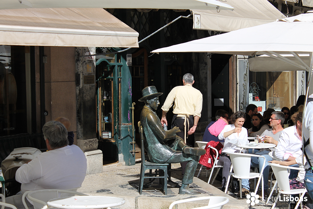 Fotografía de la estatua de Fernando Pessoa en 'A Brasileira' tomada por sieteLisboas.
