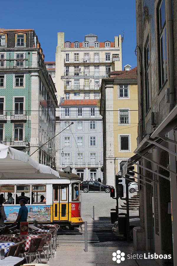 Fotografía del 'Elevador ao Castelo' tomada desde la Rua da Vitória por sieteLisboas.