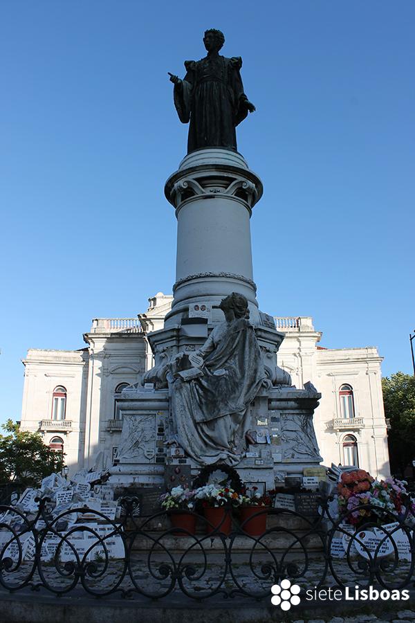 Imagen de la estatua de Sousa Martins y de la Facultad tomada por sieteLisboas.