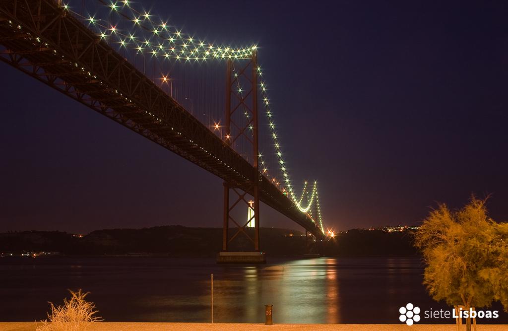 Imagen del Puente 25 de Abril tomada por el fotógrafo Nuno Cardal, publicada en su libro 'Lisboa Iluminada' y cedida a sieteLisboas.