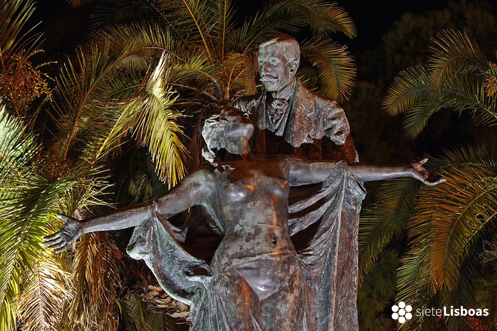 Imagen de la estatua en homenaje a 'Eça de Queirós', situada en el 'Largo Barão de Quintela, tomada por el fotógrafo Nuno Cardal, publicada en su libro 'Lisboa Iluminada' y cedida a sieteLisboas.