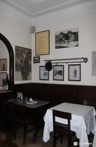 Fotografía de la mesa de Fernando Pessoa tomada en 'Martinho da Arcada' por sieteLisboas.