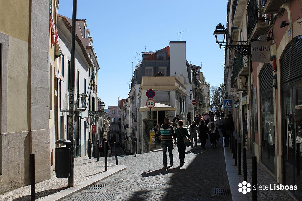 Fotografía de la 'Rua Marechal Saldanha' que lleva al 'Miradouro de Santa Catarina', tomada por sieteLisboas.